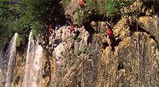 Индейцы спускаются со скал с помощью лассо