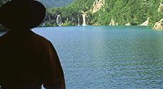Полковник смотрит на озеро